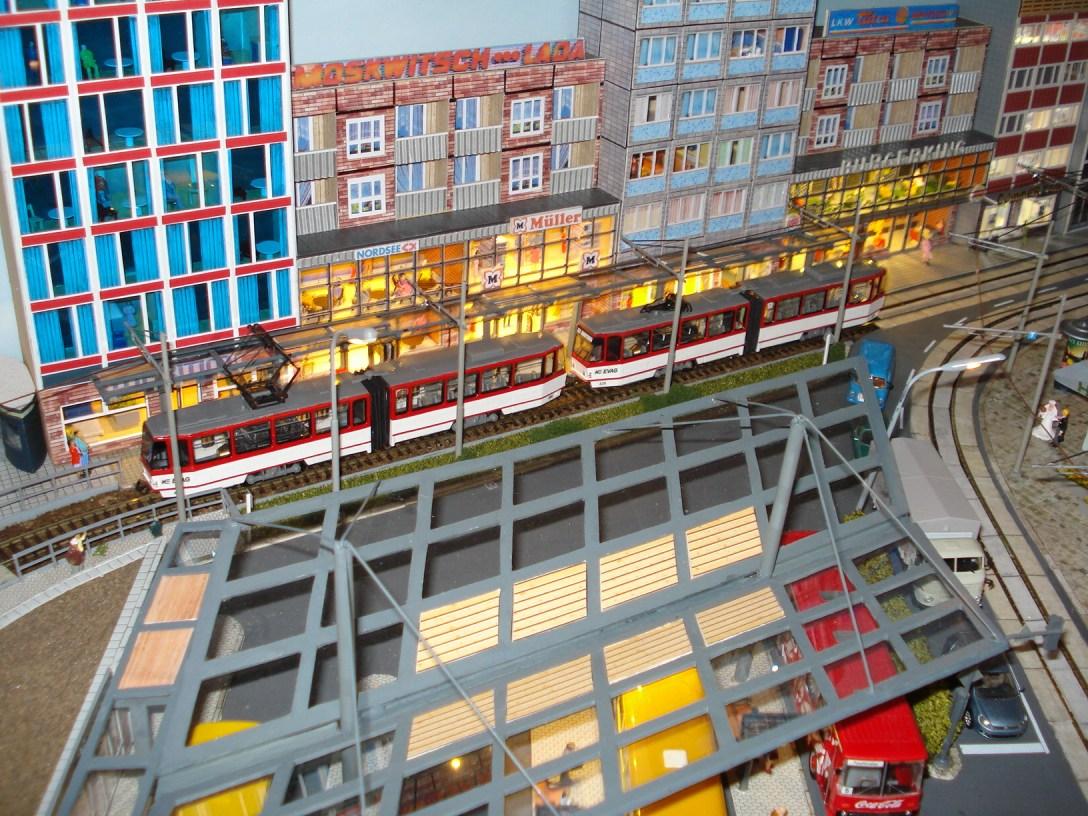 Tatra-Traktion an Haltestelle Hauptbahnhof