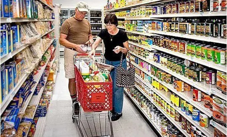 white-people-grocery-shopping-548x330