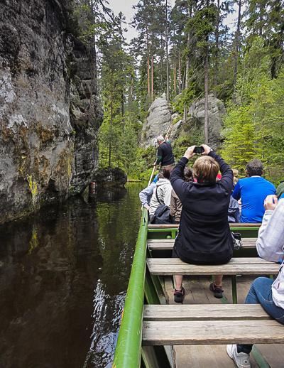 Skalne Jeziorko (Jezírko) – sztuczne jezioro, powstałe na przełomie XVIII / XIX wieku poprzez przegrodzenie koryta rzeki Metují