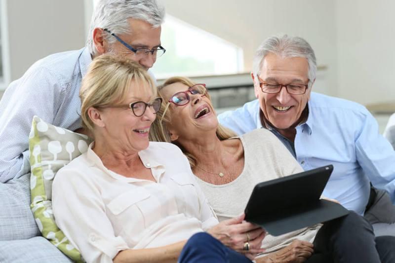 Szczęśliwa rodzina w okularach progresywnych dla prezbiopów