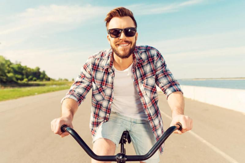 Rowerzysta w okularach przeciwsłonecznych korekcyjnych