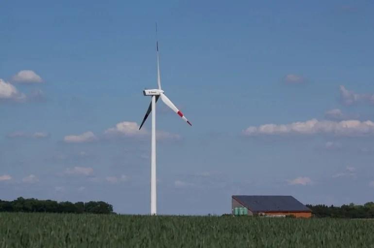 System hybrydowy: współpraca fotowoltaiki z turbiną wiatrową