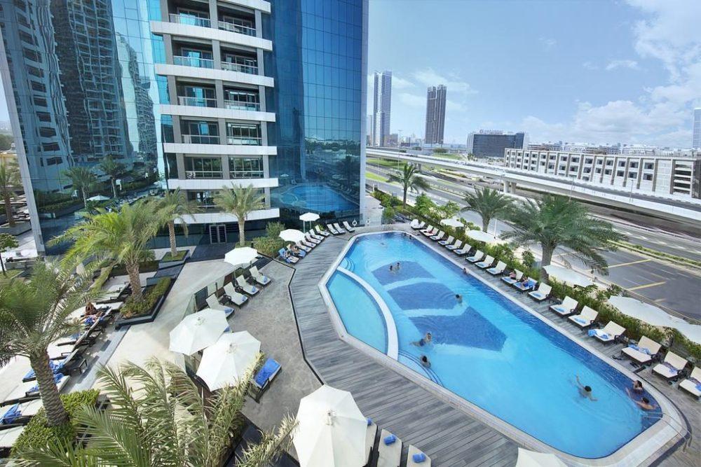 Widok na hotelowy basen w Dubaju