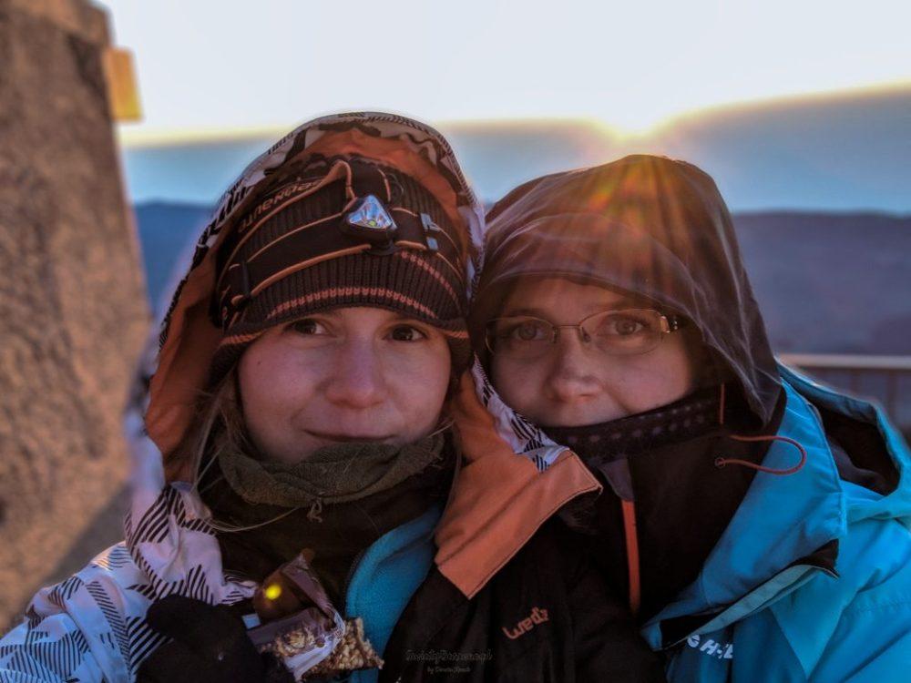 autorka bloga i jej siostra o wschodzie słońca na Teide.
