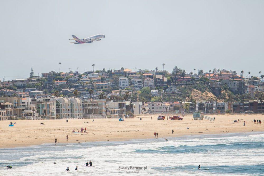 Samolot startujący nad Venice Beach