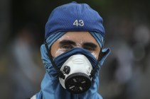 An anti-government protester wears a mask during clashes with security forces in Caracas on April 19, 2017. (Photo: Fernando Llano / AP)