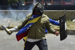 Demonstrators clash with the police in Caracas on April 19, 2017. (Photo: Ronaldo Schemidt / AFP / Getty)