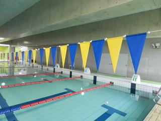 プールの上にある旗