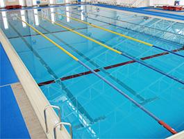 プールの底のラインは何メートルの地点を表しているの?上にある旗やロープの意味を解説します。