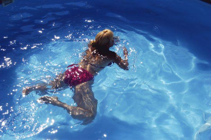 平泳ぎのキックの上達方法