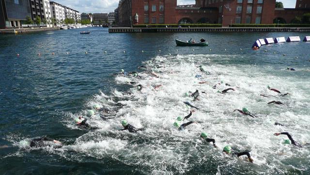 Christiansborg Rundt 2010. Heatstart med en masse svømmere og skumsprøjt i vandet