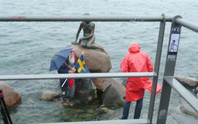 Den lille Havfrue og en ældre mand, der insisterede på stå foran havfruen med et svensk flag