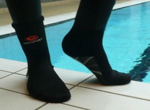 Et par fødder med HIKO neoprensokker på