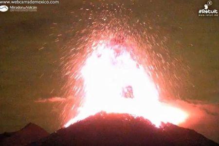 「まるで血を吐き出したよう」メキシコのコリマ火山が爆発、大量の溶岩が飛び散る