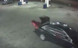 誘拐された女性が車のトランクから脱出、犯人から逃げる瞬間の映像がショッキング