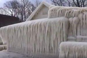 まるで『アナ雪』の世界!激しい風と気温の低下で家が氷に閉ざされてしまう