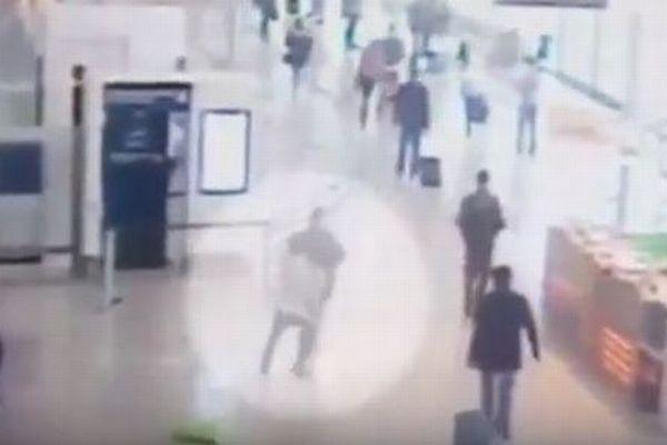 フランスのオルリー空港で起きた襲撃事件、そのカメラ映像が公開される