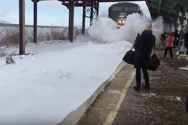 米で降り続いた大雪の影響で、電車が入ってくる駅のホームが大変なことに