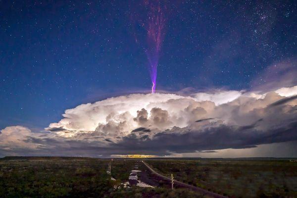 「ギガンティック・ジェット」豪の上空で撮影された紫に光る稲妻が美しい