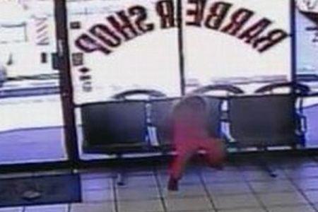 窓際の女の子に突然銃弾が!危うく頭を撃たれそうになる映像が恐ろしい