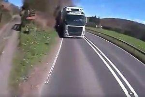 突然、前方に同じ車線を逆走してきた大型トラックが出現、乗用車と衝突寸前に