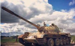 英の戦車マニアが、旧ソ連製の「T-54」から2億円分の金の延べ棒を発見