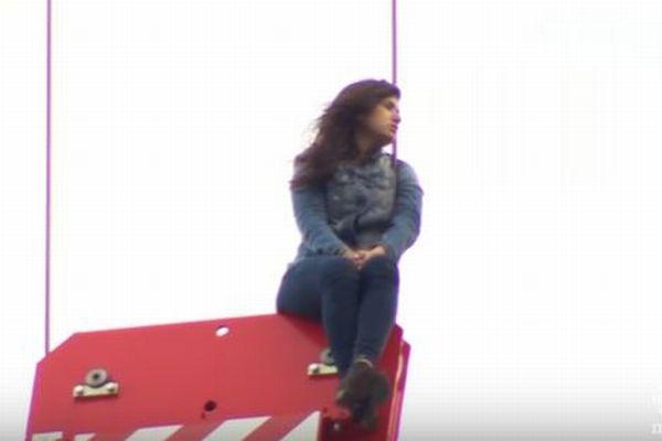 クレーンの滑車に取り残された女性を消防士が見事に救出