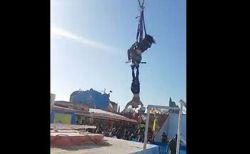 アトラクションの安全装置が外れ、器具に足だけ引っかかった状態で女性が落下