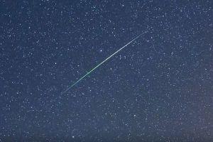 緑色に輝く尾をたなびかせる、美しい流星群の姿が豪で観測される