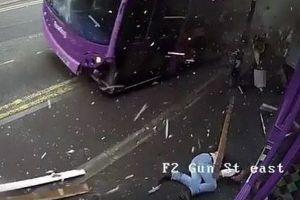 バスに跳ね飛ばされた男性、奇跡的に助かるも、その後普通に飲み屋へ入っていく