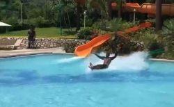 水の上を滑って対岸に着地、ウォーター・スライダーから下りてきた男性がスゴイ