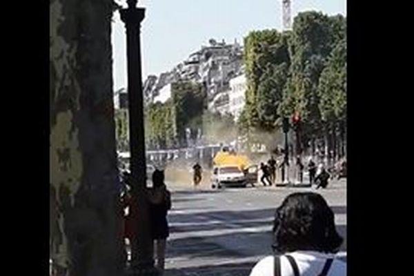 パリのシャンゼリゼ通りで警察官を狙ったテロ、通行人が現場の映像を撮影
