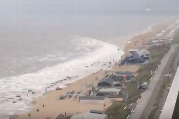 【動画】オランダで珍しい「気象津波」が観測され、砂浜の設置物を押し流す