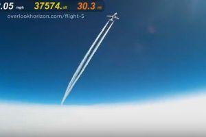 カメラを取り付けた風船が高度1万メートルで旅客機と接近、その様子が大迫力