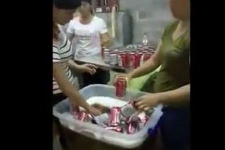 中国で空き缶を使い偽のバドワイザーを製造、秘密のビール工場の映像が公開される