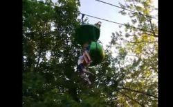 高さ7メートルのゴンドラから少女が落ちそうに…大人たちが下で見事にキャッチして救出