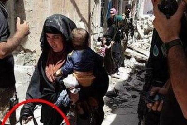 ISISの女戦闘員が赤ん坊を抱えたまま自爆、偶然撮られていた直前の写真がショッキング