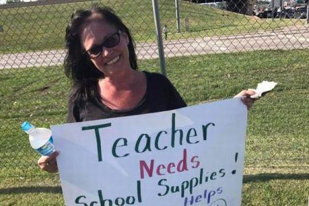 クラスの備品を購入するため路上に立ち、道行く人に寄付を募る先生が話題に