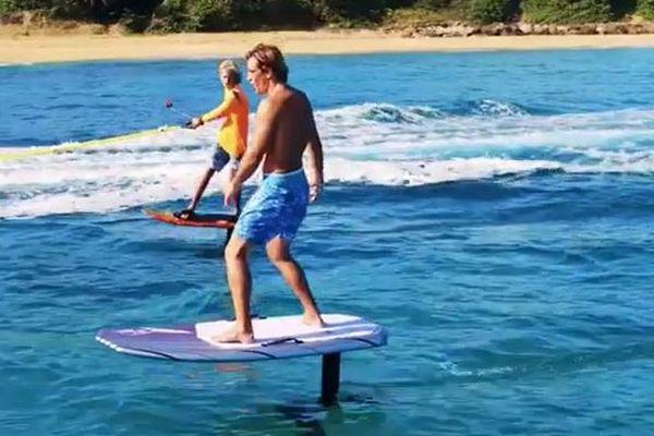 水面を飛ぶように滑っていく、新感覚のモーター・サーフィンが楽しそう
