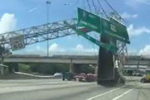 荷台を上げたままダンプカーが高速道路を走行、表示板に激突した瞬間の映像が恐ろしい