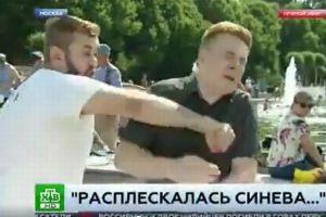 ロシアのリポーターが中継で男から突然殴られ、その場面が放送される