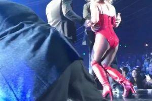 ブリトニー・Sのコンサートでステージに男が乱入、会場が一時騒然【動画】