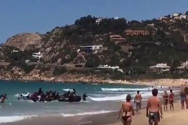 海水浴客で賑わうビーチに突然、謎の集団が上陸、実はアフリカからの移民だった
