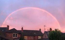 英上空に珍しいピンク色の虹が出現、ダブルアーチで輝く姿が美しい