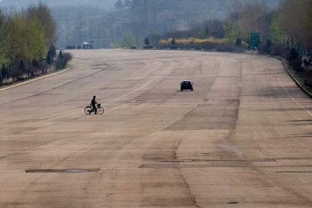 広い高速道路に車の影はなし…カメラマンが北朝鮮の田舎の風景を捉える