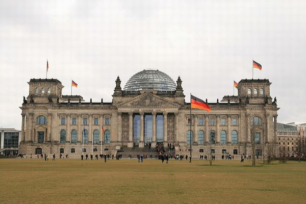 ドイツの国会議事堂の前でナチス式敬礼をした中国人観光客、警察に逮捕される