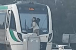 二度見必至!列車後部の窓に男がしがみつき移動、駅到着後に逮捕される