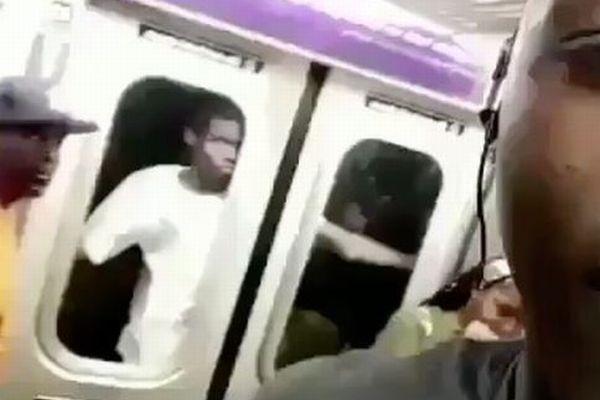 NYの地下鉄で、窓の外側にはり付いて移動する男の姿が目撃される