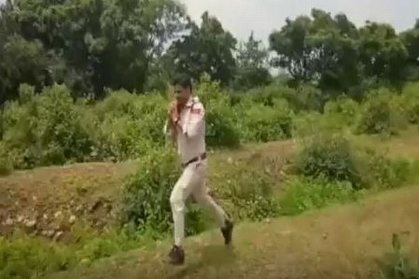 「子供たちを守りたい!」学校付近で発見された不発弾を運び、被害を防いだ警察官がヒーローに