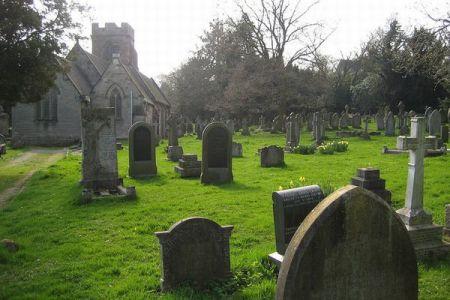 英の児童養護施設で亡くなった子供、400人の遺体が墓地で発見される